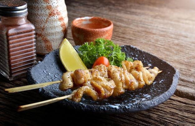 Japanse stijl spies gegrilde kip met zout en peper.