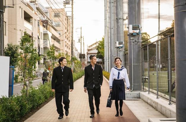 Japanse studenten ontmoeten elkaar buiten