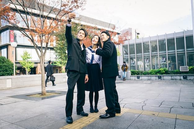 Japanse studenten ontmoeten elkaar buitenshuis