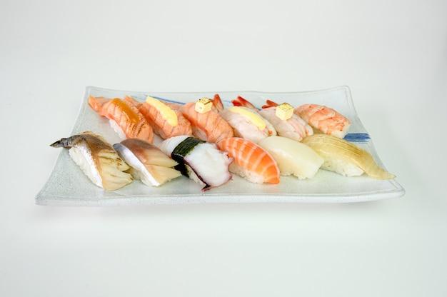 Japanse sushi nigiri van zalm, garnalen, saba, tako, inktvis, engawa op keramische plaat
