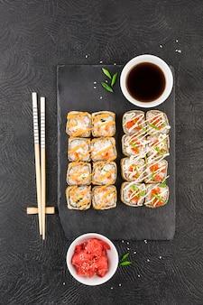 Japanse sushi op een donkere ondergrond