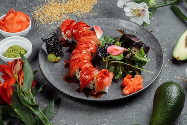 Japanse sushi-rode draak. avocado, zalm en sushikaas. bovenaanzicht.