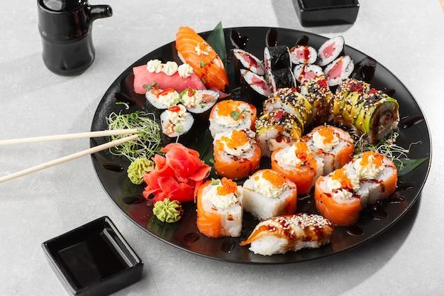 Japanse sushi set. set van verse tonijn maki, zalm nigiri en dragon sushi rolletjes