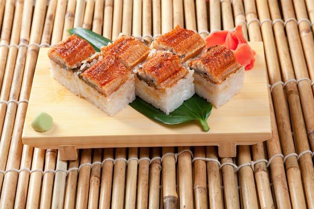 Japanse sushi traditionele japanse gerechten. roll gemaakt van gerookte paling