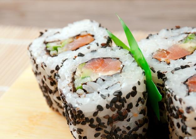 Japanse sushi traditionele japanse gerechten. roll gemaakt van gerookte vis