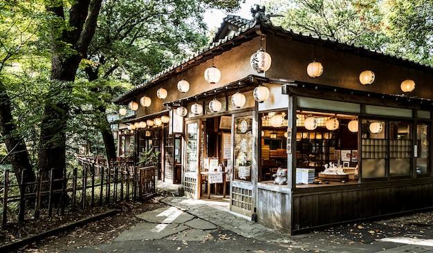 Japanse tempelstructuur omgeven door natuur
