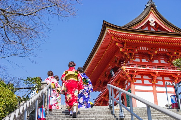Japanse toeristen en buitenlanders zetten een jurk yukata voor een bezoek aan de sfeer in de kiyomizu-dera-tempel