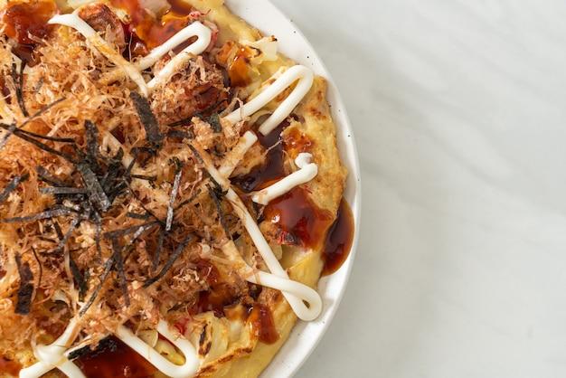 Japanse traditionele pizza die okonomiyaki heet - japanse eetstijl?
