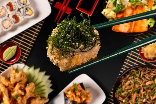 Japanse voedselcombo op zwarte achtergrond