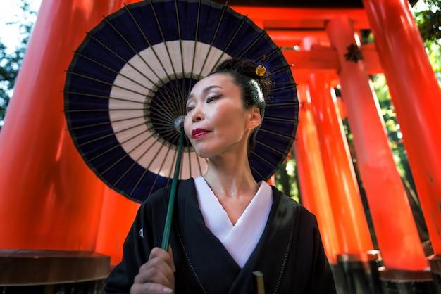Japanse vrouw bij fushimi inari-schrijn