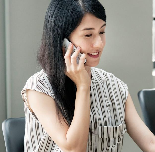 Japanse vrouw die aan de telefoon praat