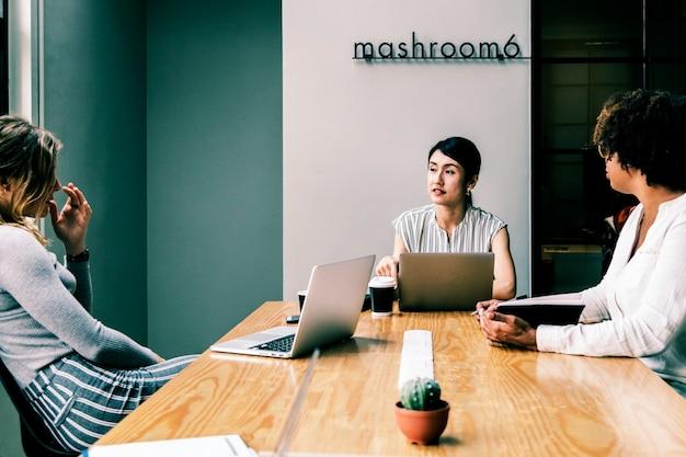 Japanse vrouw in een zakelijke bijeenkomst
