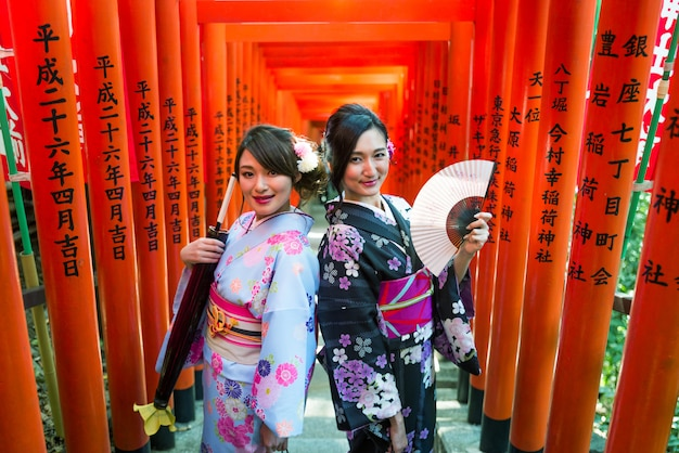 Japanse vrouwen met kimono wandelen in tokio