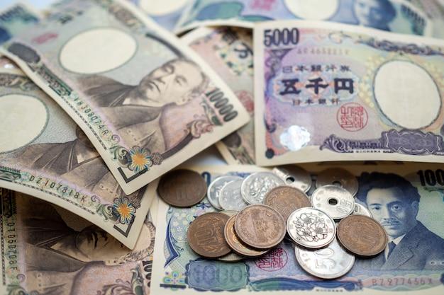 Japanse yennota's en japanse yenmuntstukken voor de achtergrond van het geldconcept