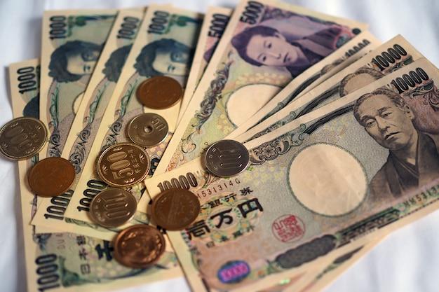Japanse yennota's en japanse yenmuntstukken voor geldconcept.