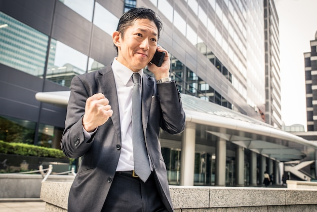 Japanse zakenman in tokio met formele pak