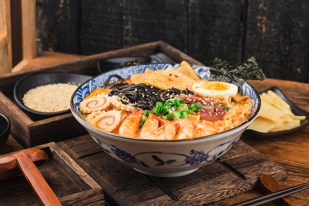 Japanse zeevruchten ramen met inktvissaus