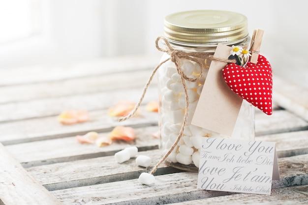 Jar met marshmallow en boeket rozen. liefde, zoet of valent