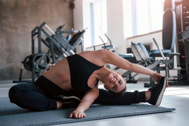 Jarenlange trainingen. prachtige blonde vrouw in de sportschool in haar weekend.