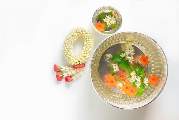 Jasmijn bloem ring of guirlande bereiden om oude mensen te respecteren op songkran festival