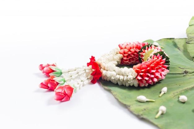 Jasmijn en witte rozenkrans. songkranfestival in thailand. traditioneel van thai.