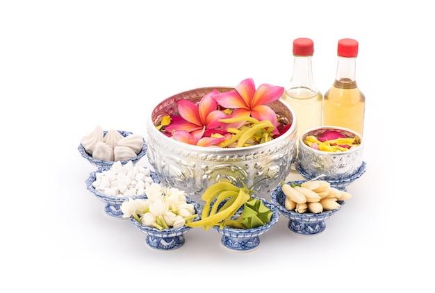 Jasmijn slinger en kleurrijke bloem in waterbakken versieren en geurend water, parfum, mergel kalksteen, pijp pistool geïsoleerd op voor songkran festival of thais nieuwjaar.