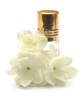 Jasmijnbloem met essentiefles over witte achtergrond