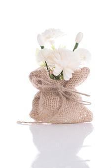 Jasmijnbloemen van zeep met jutezak worden op wit wordt geïsoleerd gemaakt dat
