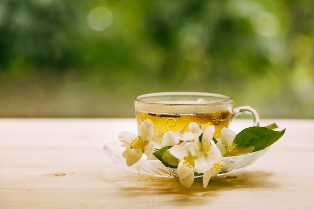 Jasmijnthee in zacht warm avondlicht met verse jasmijnbloemen