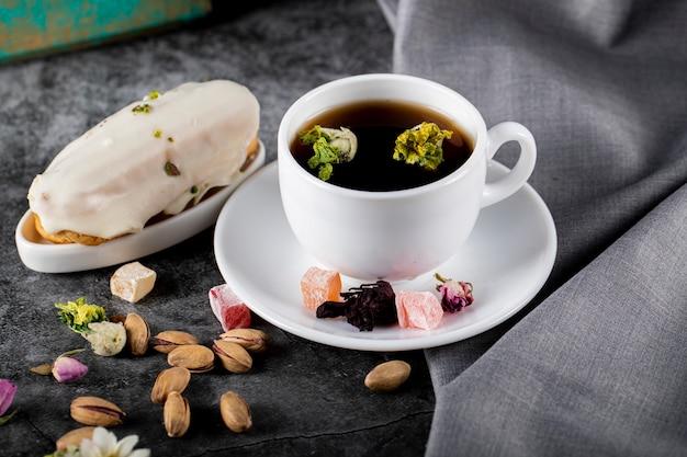 Jasmijnthee met lokum, melkachtig dessert en pistachenoten