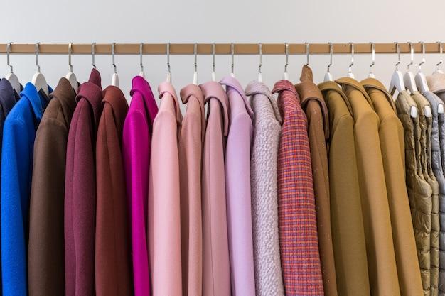 Jassen en jacks aan kleerhangers in een winkel