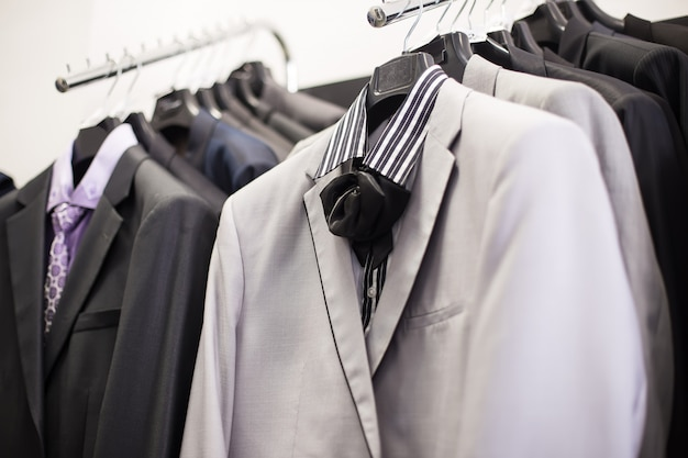 Jassen op hangers in man kleding boetiek