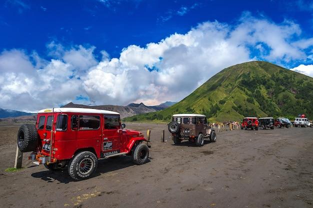 Java, indonesië-arpil 24,2017: toeristen 4 x 4 jeep voor toeristische huur op mount bromo in oost-java, indonesië