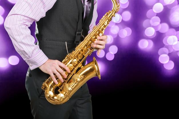 Jazz-saxofonist in uitvoering op het podium.