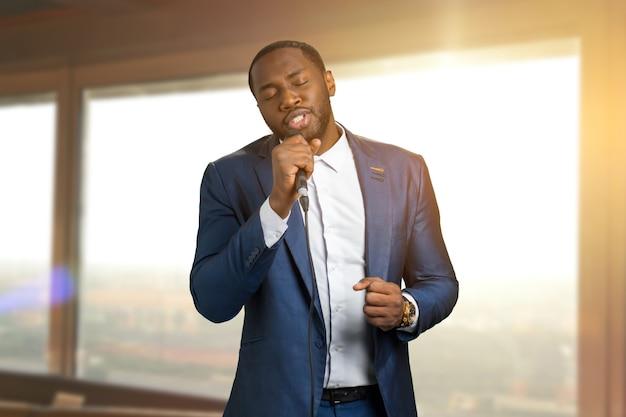 Jazzman zingt op zonlicht. mooie uitvoering van zwarte arist. getalenteerde amerikaanse jazz-zangeres.