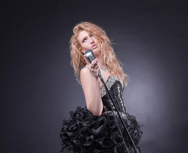 Jazzvrouwenzanger met microfoon die het lied zingt