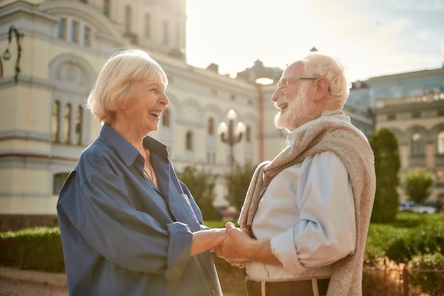 Je bent mijn beste vriend, een gelukkig en mooi bejaarde echtpaar dat elkaars hand vasthoudt en naar elkaar kijkt