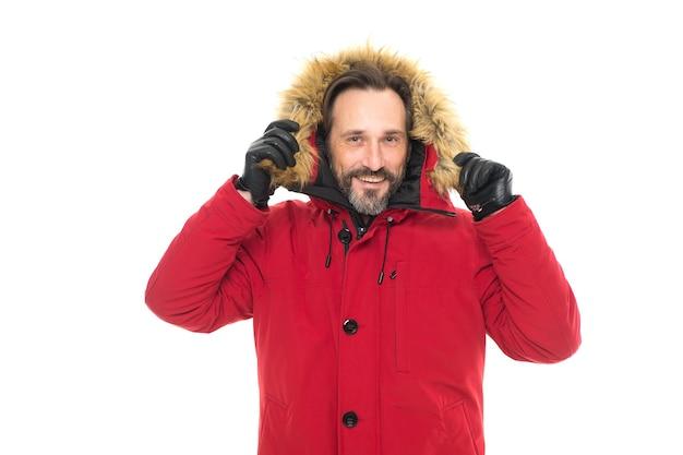 Je beschermd voelen. volwassen man in koude winterweerstijl. man genieten van warmte en comfort. casual jas voor koude winterse omstandigheden. knappe gelukkige kerel die namaakbontkap draagt. wintercollectie.