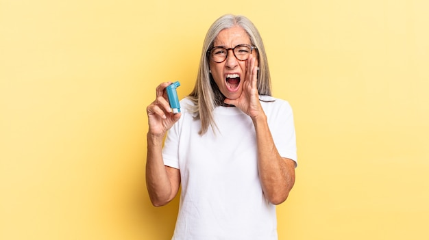 Je blij, opgewonden en positief voelen, een grote schreeuw geven met de handen naast de mond, roepen. astma concept