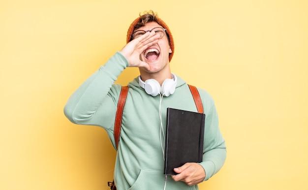 Je blij, opgewonden en positief voelen, een grote schreeuw geven met de handen naast de mond, roepen. studentenconcept