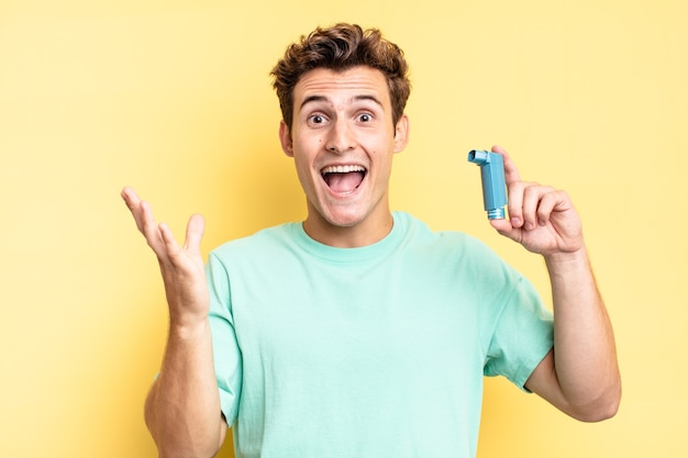 Je blij, opgewonden, verrast of geschokt voelen, glimlachen en verbaasd zijn over iets ongelooflijks. astma concept