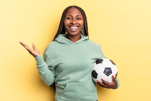 Je blij, verrast en opgewekt voelen, met een positieve houding glimlachen, een oplossing of idee realiseren. voetbal concept