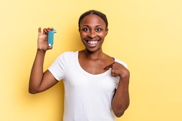 Je blij, verrast en trots voelen, naar jezelf wijzend met een opgewonden, verbaasde blik. astma concept