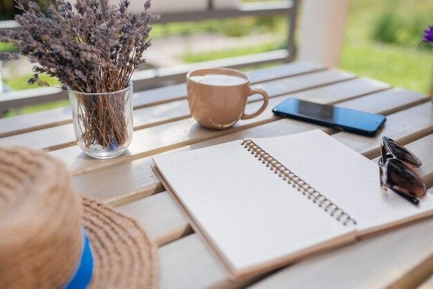 Je dag plannen jong meisje met een notitieboekje neemt een kopje koffie bovenaanzicht