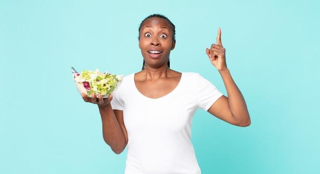 Je een gelukkig en opgewonden genie voelen na het realiseren van een idee en het vasthouden van een salade
