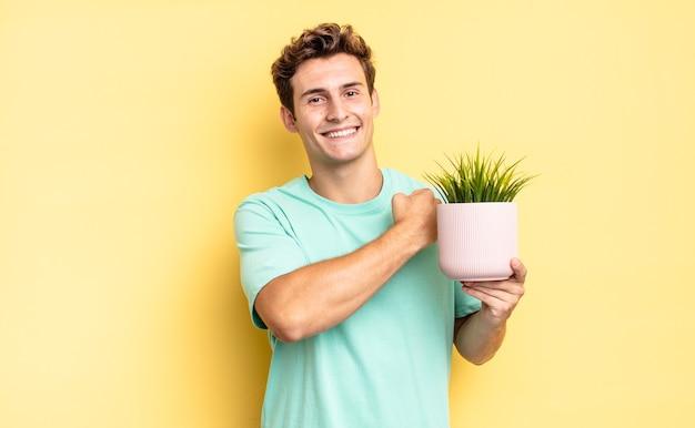 Je gelukkig, positief en succesvol voelen, gemotiveerd bij het aangaan van een uitdaging of het vieren van goede resultaten. decoratief plantenconcept