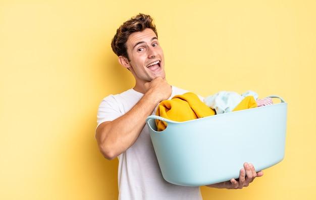 Je gelukkig, positief en succesvol voelen, gemotiveerd bij het aangaan van een uitdaging of het vieren van goede resultaten. kleren wassen concept