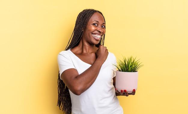 Je gelukkig, positief en succesvol voelen, gemotiveerd wanneer je een uitdaging aangaat of goede resultaten viert met een plantenpot