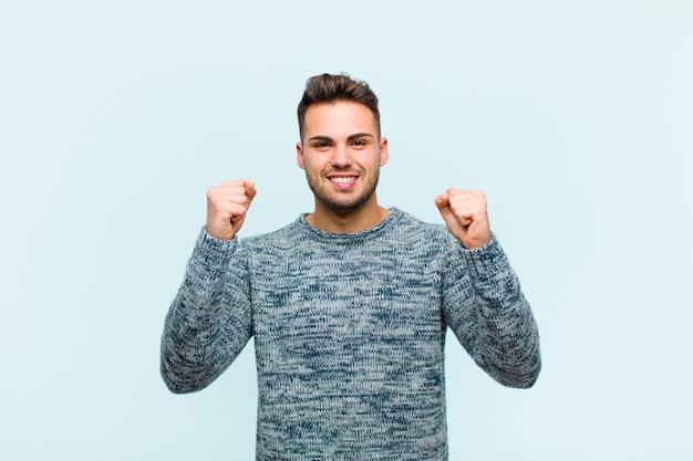 Je gelukkig, positief en succesvol voelen, overwinning, prestaties of veel geluk vieren