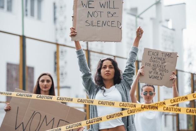 Je kunt ons niet het zwijgen opleggen. een groep feministische vrouwen protesteert buitenshuis voor hun rechten